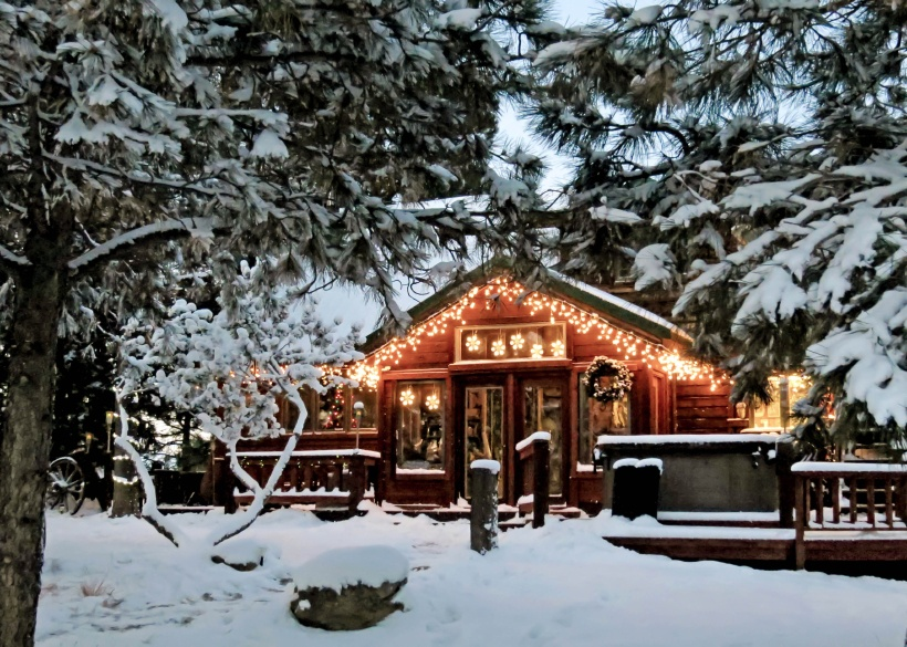 Have a cosy christmas in one of these comfy cottages for Winter cabin rentals colorado